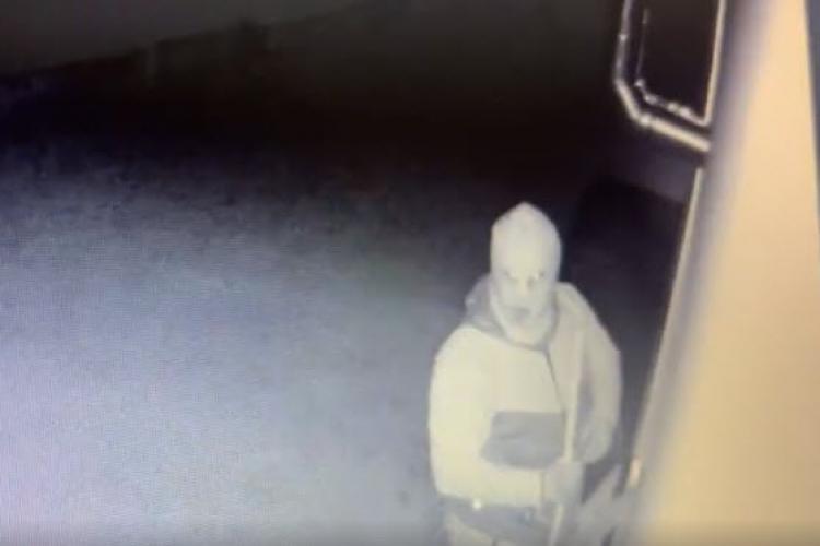 Hoț filmat în FĂGET. A intrat în casă în timp ce oamenii dormeau. Unde mai e siguranța? - VIDEO
