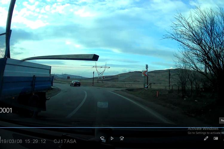 La un pas de tragedie pe un drum din Cluj! Un șofer s-a trezit cu o bară de metal în parbriz FOTO