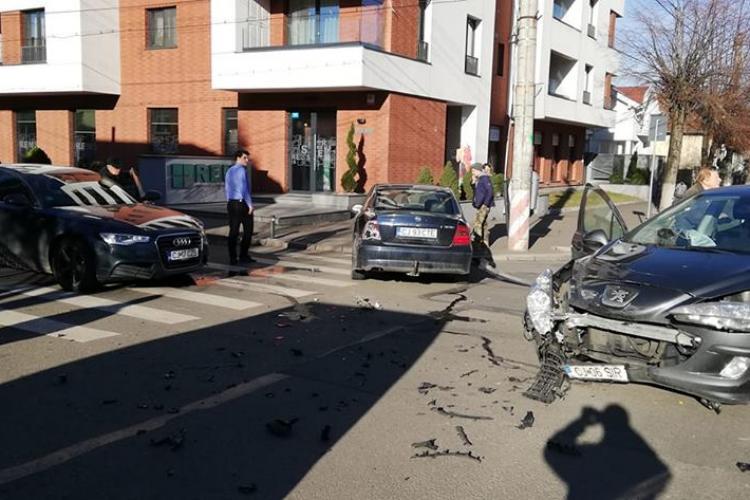 Accident pe Constantin Brâncuși. Trei mașini au fost avariate - FOTO