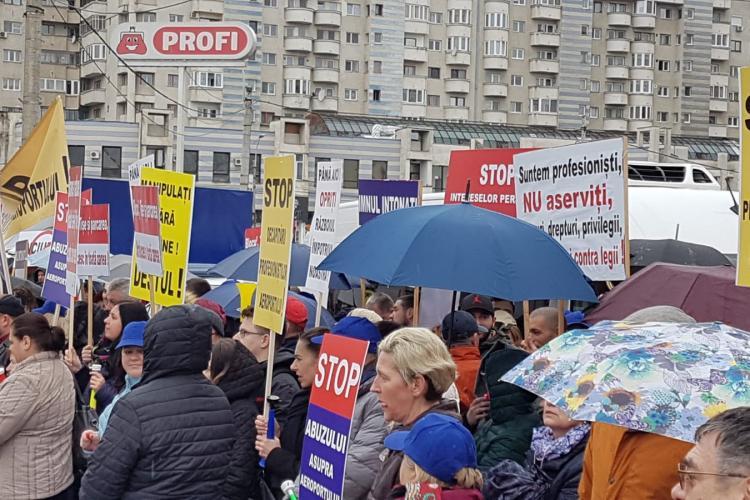 Protest cu scandal în fața Consiliului Județean Cluj. Tișe a scos boxele pe balconul instituției FOTO/VIDEO