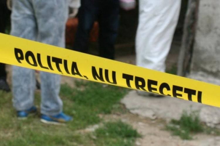 CLUJ: Tragedie în scara unui bloc! Un copil de 2 ani a decedat după ce a căzut pe el o ușă metalică