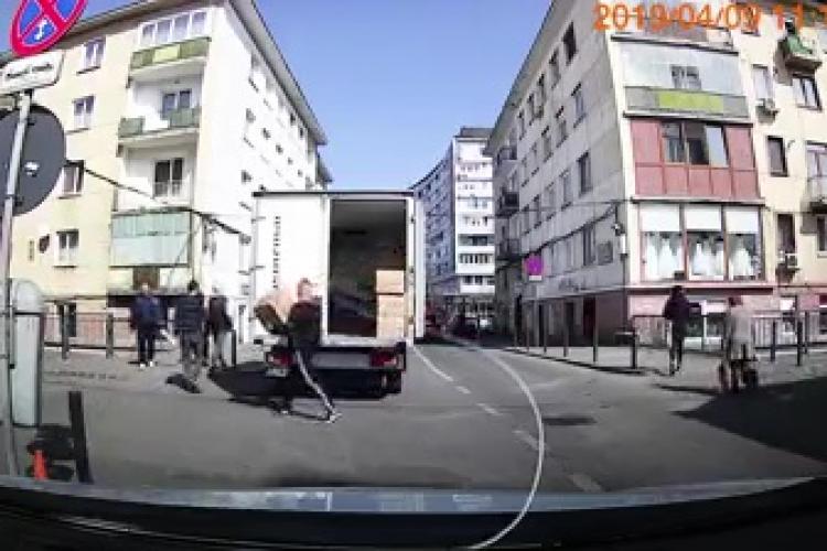 Cluj-Napoca: Hoții au un tupeu nemărginit! A luat cutia direct din mașina care făcea livrări - VIDEO