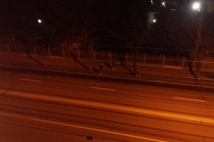 Cluj: Joacă fotbal pe Bulevardul Muncii pentru a-i șicana pe șoferi - VIDEO