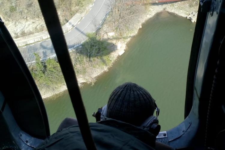 Piloții de elicoptere din Cluj au participat la stingere a incendiului din localitatea Brezoi, judeţul Vâlcea - FOTO