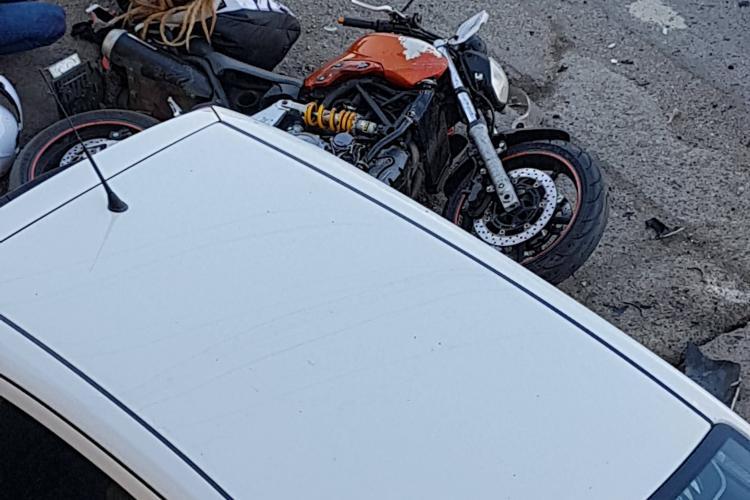 Accident între o mașină și o motocicletă la Apahida FOTO