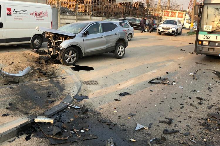Accident pe Bulevardul Muncii! Trei mașini praf. Persoane încarcerate - VIDEO