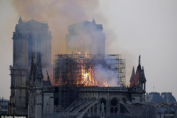 O mamă l-a văzut pe Iisus în flăcările de la Notre Dame - FOTO