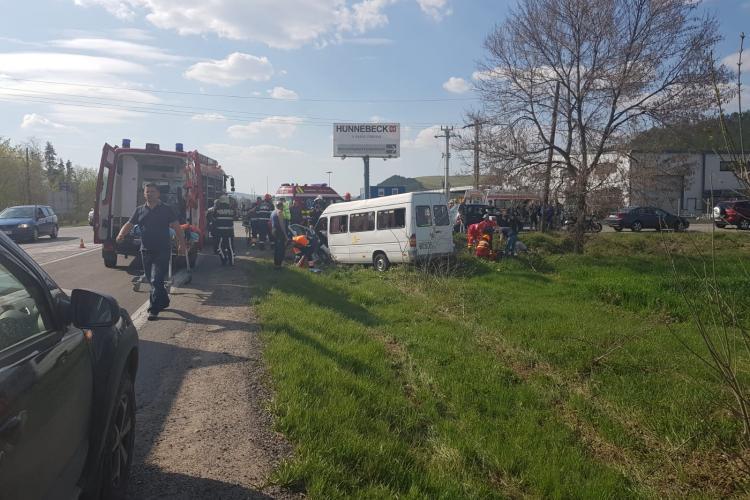 CLUJ: Accident cu 11 victime! Șoferul unui microbuz plin cu elevi olimpici a adormit la volan - VIDEO