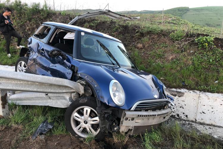 O șoferiță s-a împlântat în parapetele de pe Autostrada Transilvania. Noul tronson pare din CARTON - FOTO