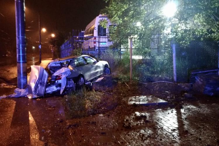 Șofer căutat de polițiști după ce și-a înfipt bolidul într-un stâlp pe Bulevardul Muncii și a distrus un gard, apoi s-a făcut nevăzut FOTO