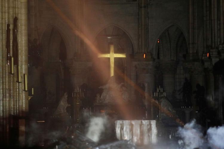 MINUNE la Notre Dame! Altarul și Crucea, neatinse de flăcări. Imagini din interiorul bisericii - FOTO