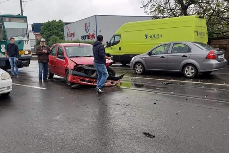 Accident pe Bulevardul Muncii. Circulația tramvaielor a fost blocată FOTO