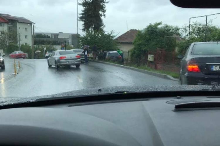 Accident pe Calea Turzii! Un șofer băut a ieșit cu autoturismul în decor - FOTO