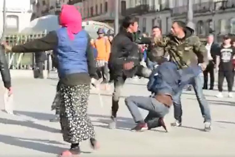 Rromii s-au luat la bătaie în centrul Madridului! Cum a intervenit Poliția. Vi se pare normal? - VIDEO