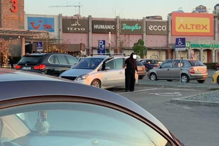 Măicuțe prinse când parchează pe locul pentru persoane cu handicap, la Vivo Cluj FOTO