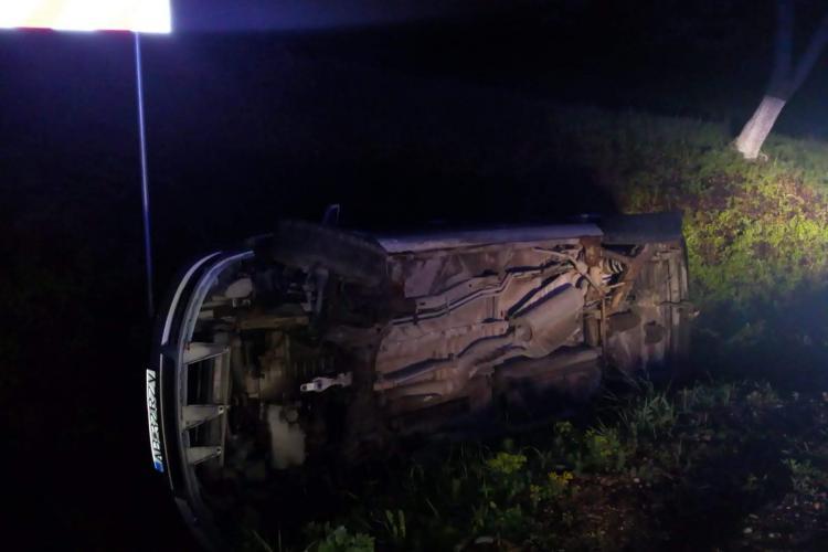 Accident in Tritenii de Jos. Un sofer mort de beat s-a rasturnat cu masina plina cu oameni -FOTO