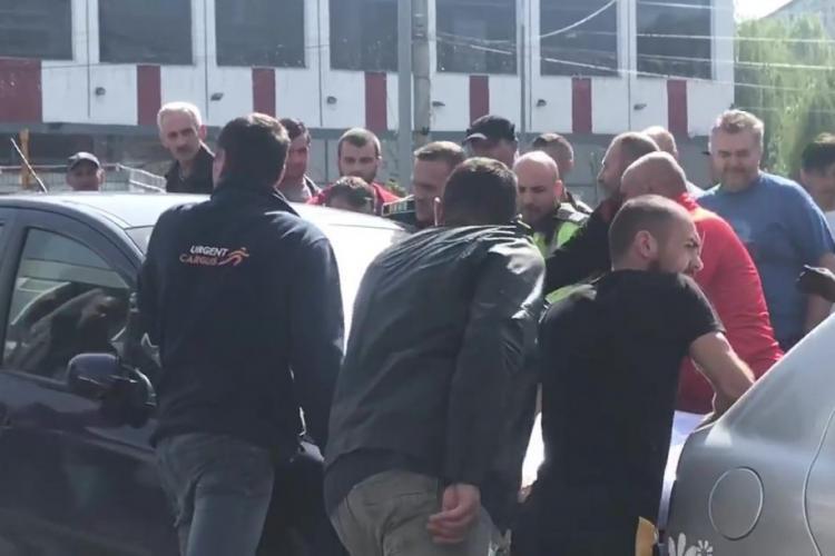 CLUJ: Șofer beat la volan, reținut cu forța de polițiști după ce a cauzat un accident VIDEO