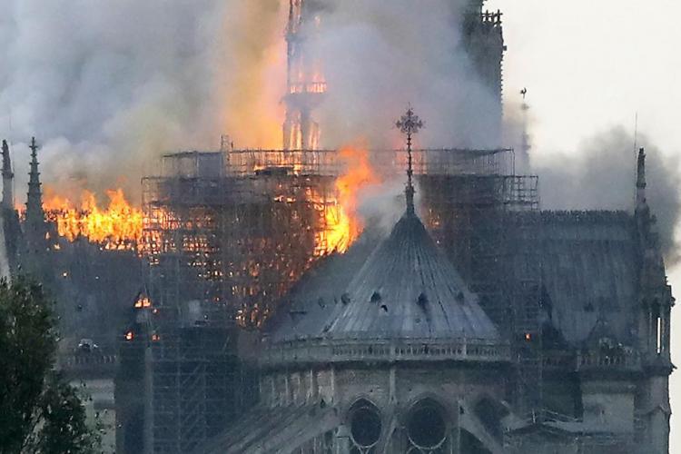 Celebra catedrală Notre-Dame a luat foc! Incendiul riscă să distrugă toată clădirea