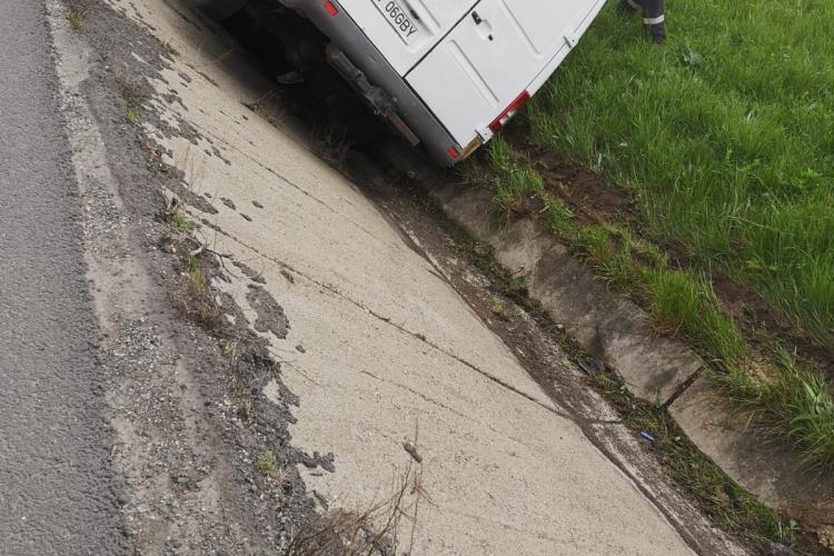 Accident cu patru victime la Cluj. Un șofer a ajuns cu Microbuzul în șanț FOTO