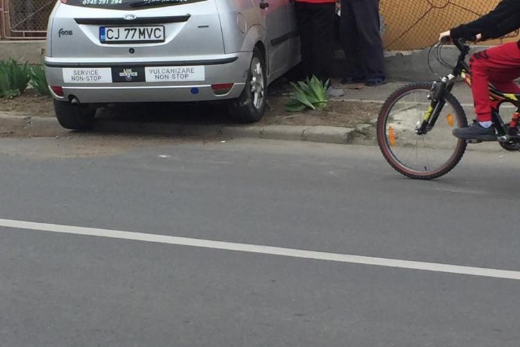 Șofer neatent s-a înfipt într-o casă de pe strada Sobarilor. Cine e de vină?- FOTO