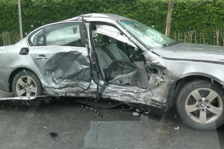 BMW făcut praf pe Plopilor! A fost lovit în plin din lateral FOTO