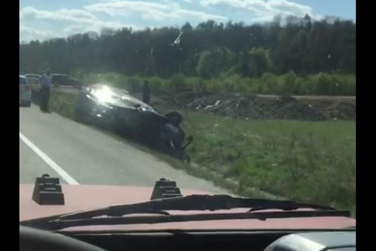 Ziua accidentelor la Cluj? Un șofer s-a răsturnat cu mașina în șanț FOTO