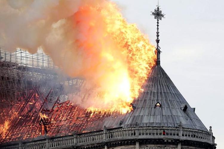 Cine le BATE obrazul politicienilor români care se înghesuie să facă donații pentru Notre Dame