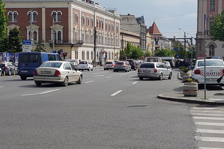 Accident in Piata Avram Iancu, sub ochii polițistului -VIDEO
