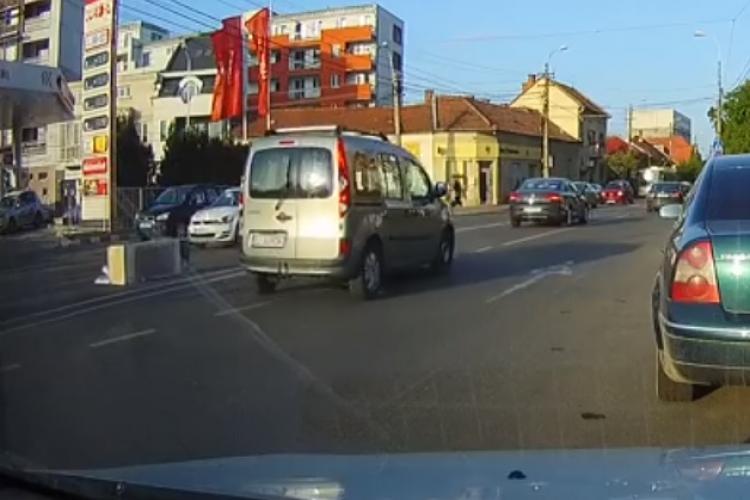 CLUJ: Ghinion sau inconștiență? Unui șofer i-a zburat frigiderul pe mijlocul străzii FOTO