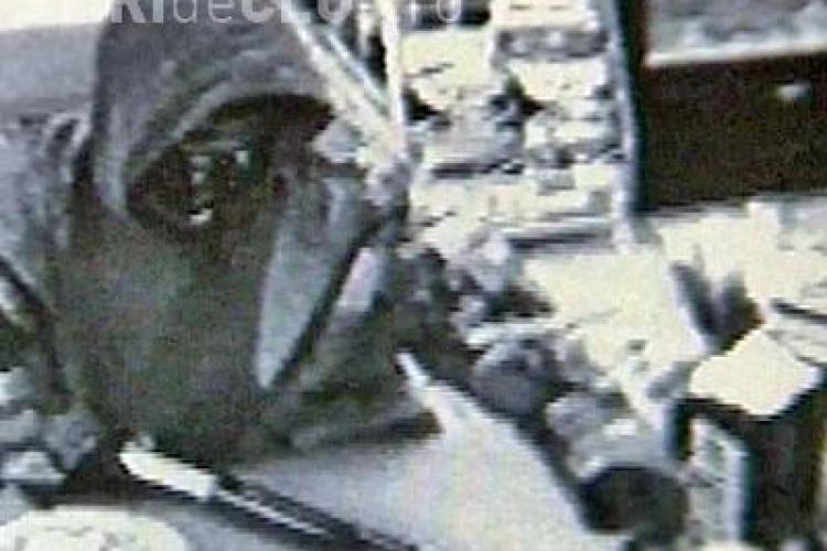 Jaf la o benzinarie din Turda! Angajatul a fost imobilizat, iar hotii au furat banii din casa de marcat
