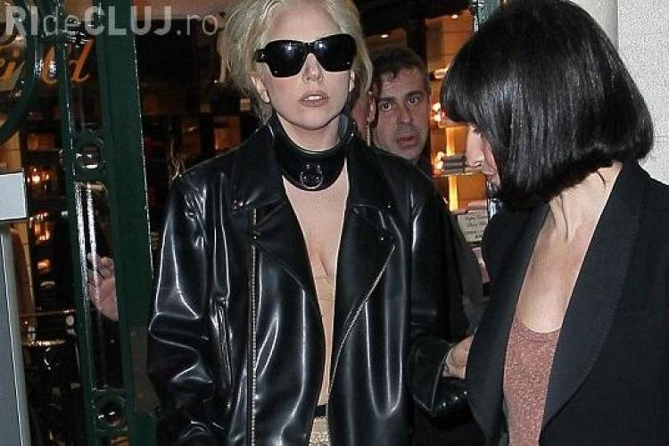 Lady Gaga a iesit in ciorapi de plasa prin Paris - FOTO