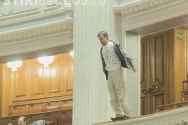 Un barbat s-a aruncat astazi de la balcon in sedinta de plen a  Parlamentului- VIDEO Imagini Socante