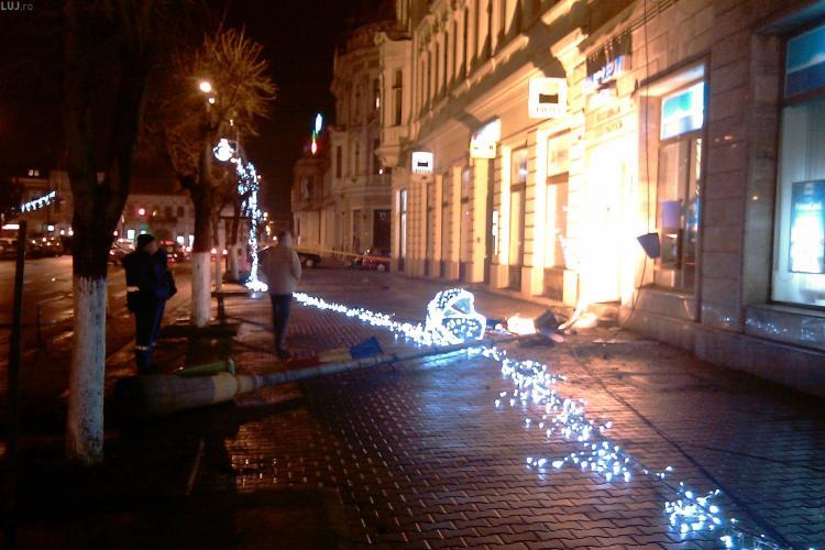 Doi stalpi de curent, doborati de vant pe un trotuar din centrul Clujului - FOTO si VIDEO