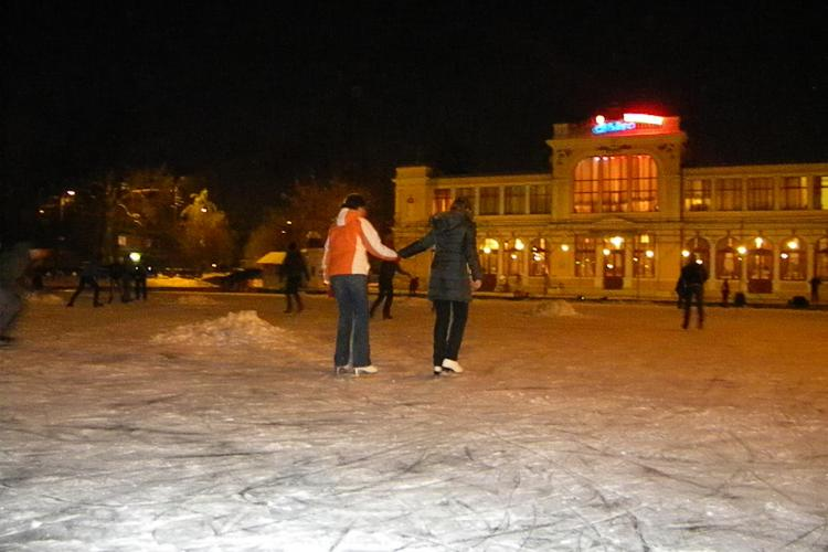 Patinaj pe lacul Chios! Zeci de tineri se distreaza gratis in fiecare seara pe lacul inghetat - VIDEO si Galerie FOTO
