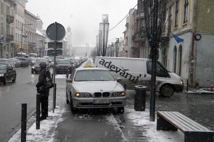 Taximetrist parcat direct pe trotuar in fata la Cinema Victoria! - FOTO si VIDEO