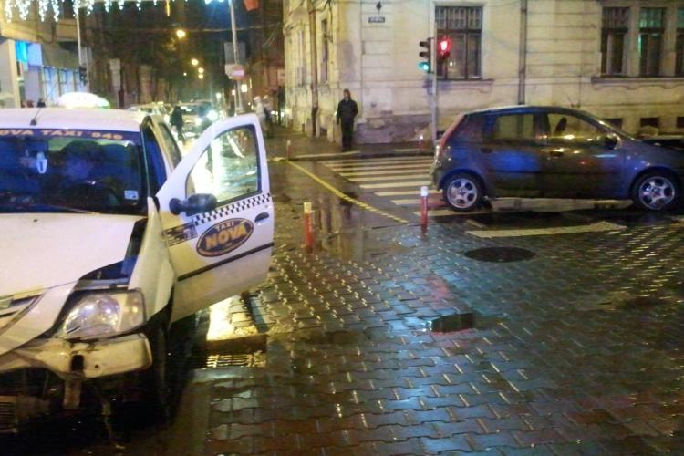 Accident in Piata Pacii! O soferita i-a taiat calea unui taximetru de la firma Nova si s-a oprit intr-un stalp- FOTO si VIDEO