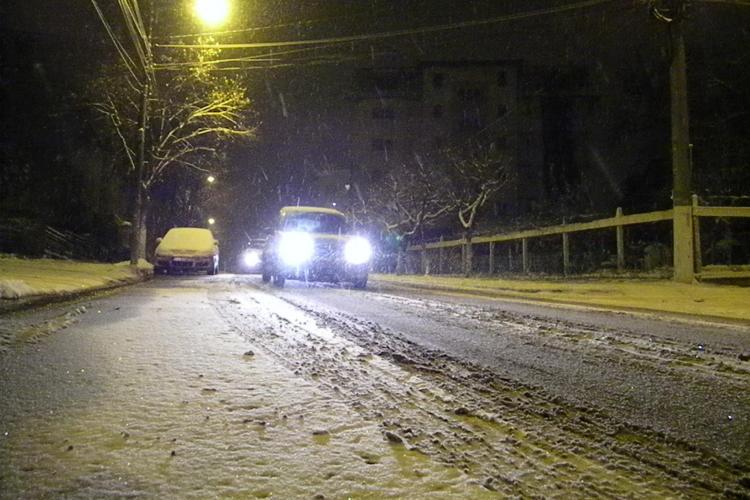 Strazile din Cluj Napoca nu sunt curatate de zapada! Soferii arata cu degetul spre primarie - VIDEO si FOTO