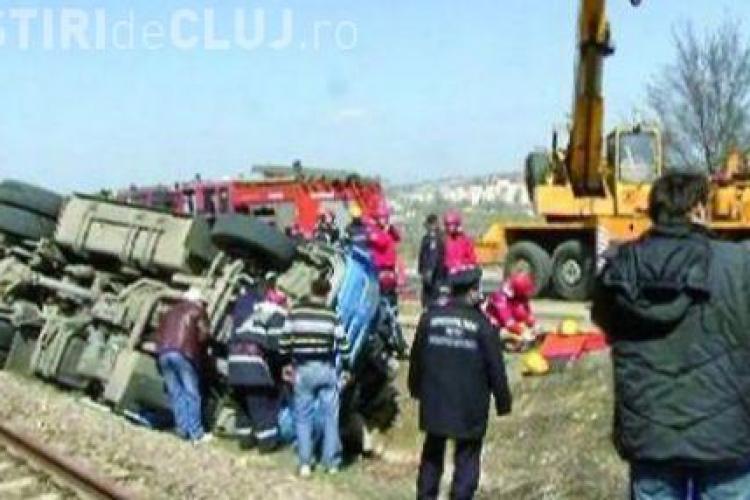TIR  -ul lovit de tren in Morlaca a fost ridicat de pe linie si garnitura a fost dusa in statia Poieni - UPDATE