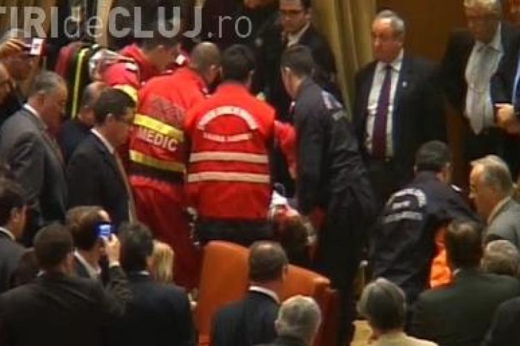 Protest in Parlament! Politia a deschis un dosar penal dupa ce un barbat s-a aruncat de la balcon in Parlament - VIDEO