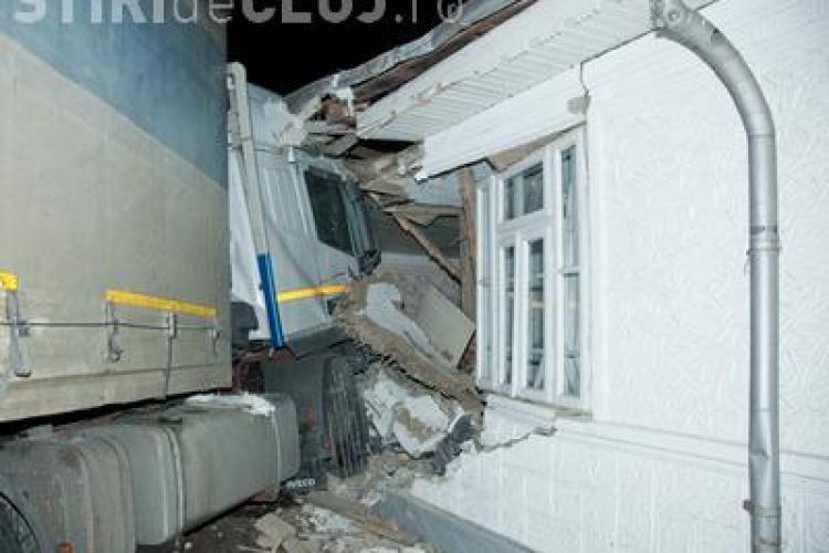 """Un TIR a """"demolat"""" o casa din Turda! Proprietarul a scapat cu viata ca prin minune - VIDEO"""