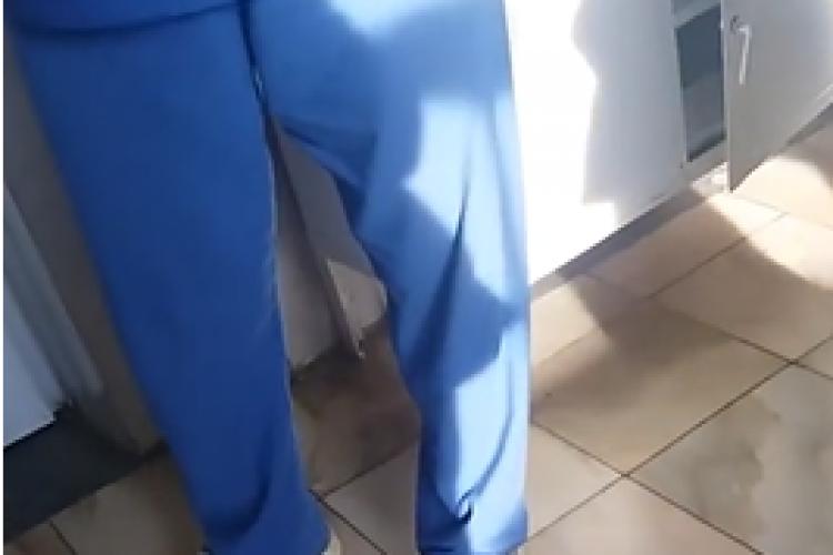 """Medic filmat când vorbea cu fiica unei paciente: """"Vă dau banii înapoi, dar nu știu câți mi-ați dat"""" - VIDEO"""