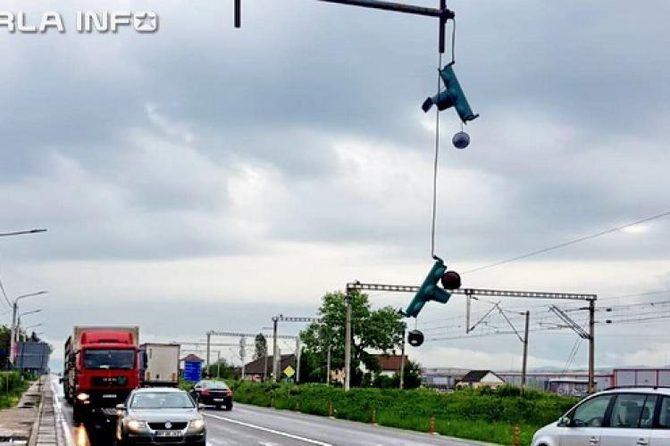"""Un taximetrist a dărâmat semafoarele de la Jucu. S-a """"înfipt"""" cu mașina în stâlp FOTO"""
