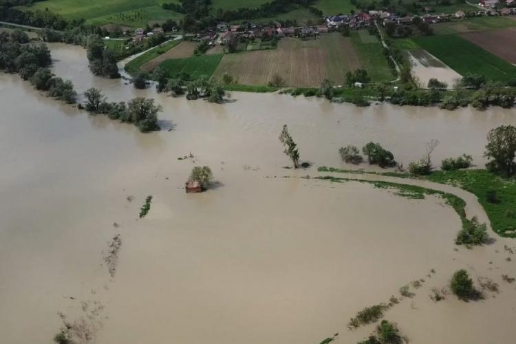 Inundațiile de la Dej văzute din aer. Au avut loc și alunecări de teren VIDEO