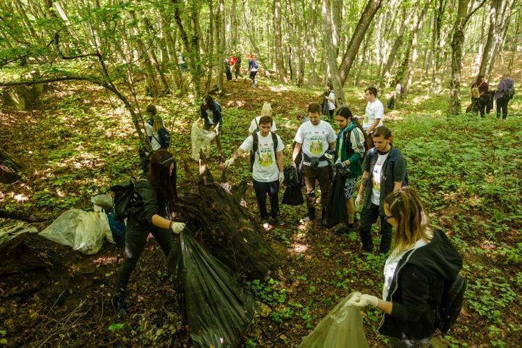 Studenții clujeni au adunat zeci de saci de gunoaie în Pădurea Făget, de Ziua Mediului FOTO