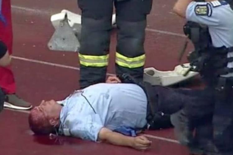 Momentul în care jandarmul a fost lovit in cap cu un scaun la meciul U Cluj - Hermannstadt - VIDEO