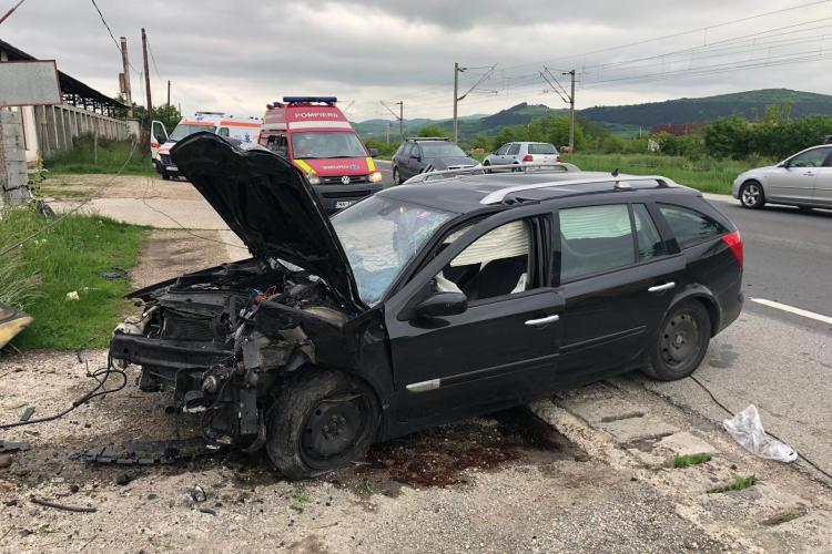 Accident cu două victime la Livada. Unui șofer i-a explodat roata la mașină FOTO