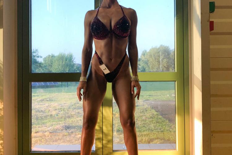 Clujeanca Văidăhăzan Alexandra este noua campioană mondială la Fitness Model Tall Class