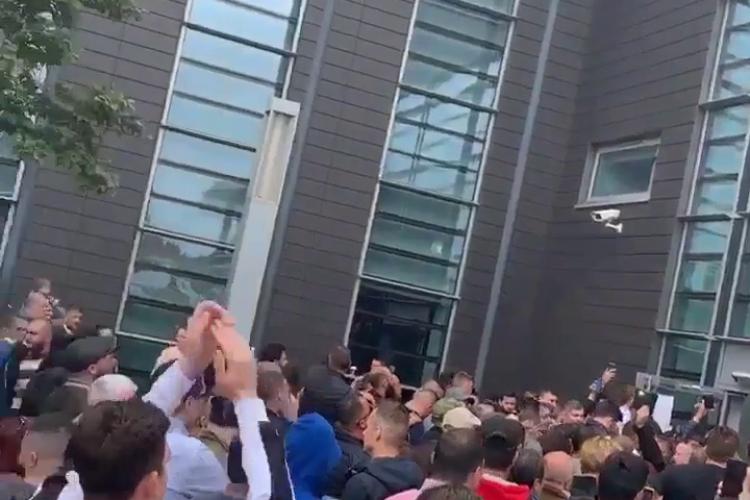 În Slough, Marea Britanie, a dispărut o ștampilă. Votul oprit. Oamenii scandează - VIDEO