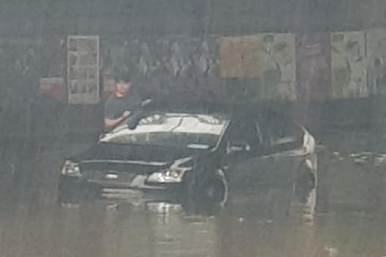 """Mașină """"înecată"""" sub podul Mărăști. Cine s-ar fi gândit la așa ceva - FOTO"""