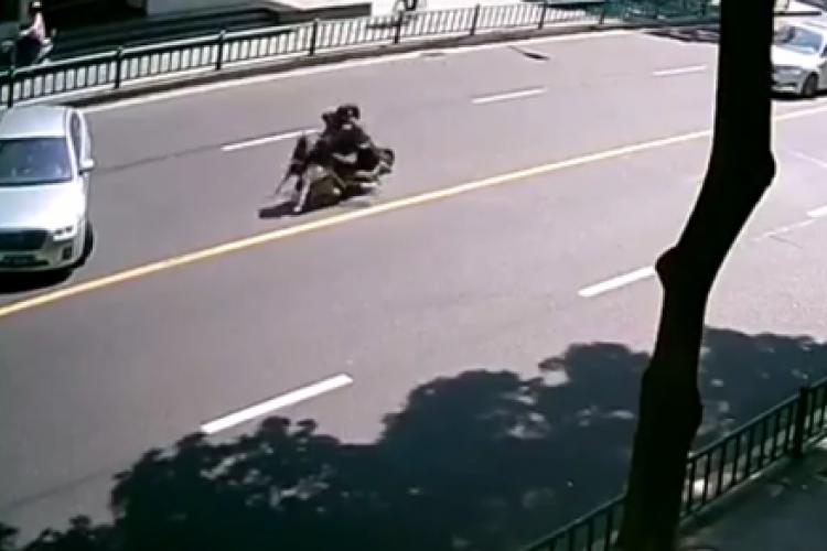 Accident bizar cu un scuter. Urmăriți clipul până la final - VIDEO